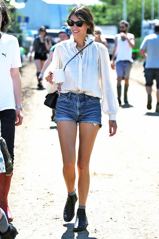 28-Le-Fashion-Blog-40-Of-Alexa-Chung-Best-Looks-With-Denim-Shorts-White-Blouse-Shirt-Jean-Cut-Offs-Ankle-Boots-Festival-Style-Via-Glamour-Spain